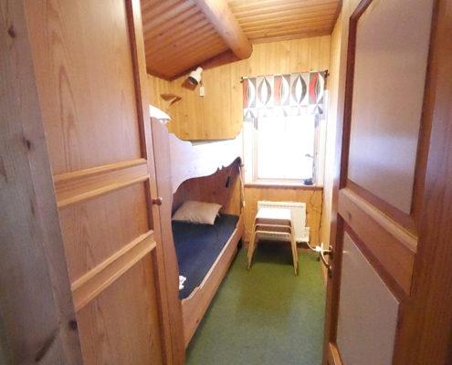 Ett av sovrummen i en av de utbyggda stugorna