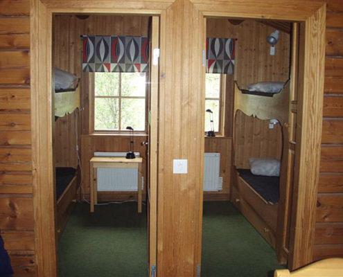 Två sovrum med praktiska våningssängar i en av de utbyggda stugorna